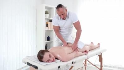 Hot Teen Girl Gets her Sex Satisfaction in Massage Salon