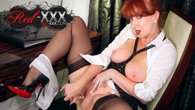 Beautiful Redhead Milf plays with her dildo