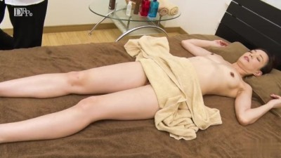 Sexy Asian bitch seduced at the massage parlor