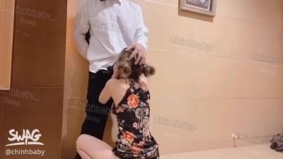 アジアの秘書は彼の上司のペニスを崇拝する