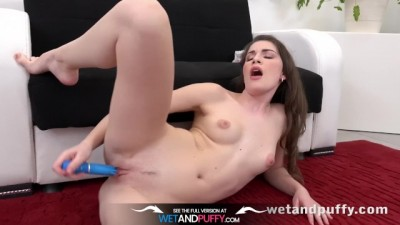 Brunette Sexy Zena Little toy her puffy pussy with vibrator
