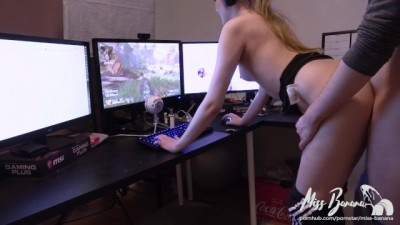 Big Ass Sweet Babe tries to Play Apex Legends